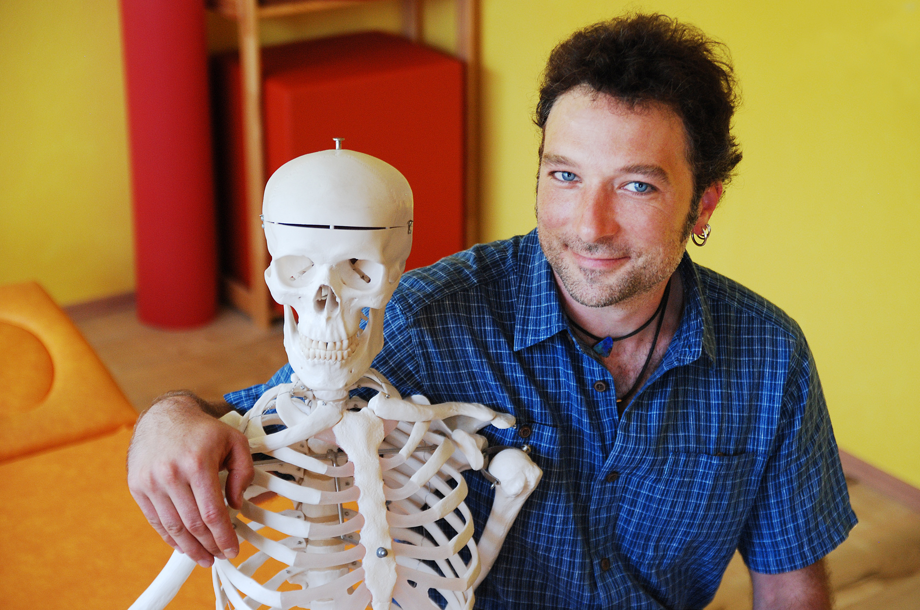 Christian Kleffner umarmt ein Skelett